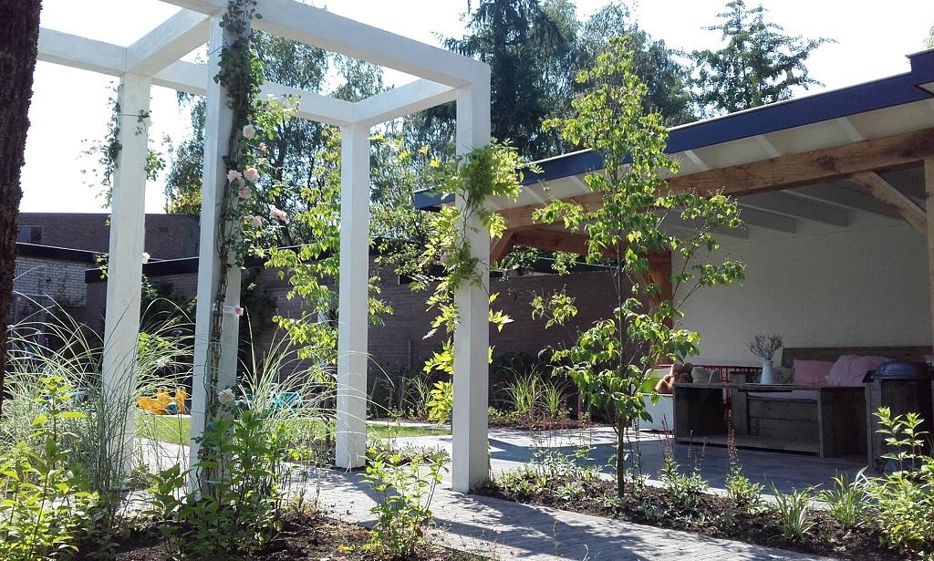 Tuin met veranda en pergola